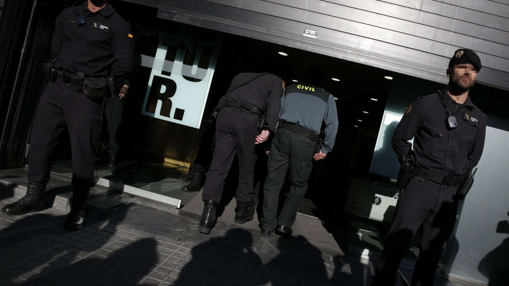 Foto: Agentes de la Guardia Civil han detenido hoy al tesorero de CDC, Andreu Viloca. (Efe)