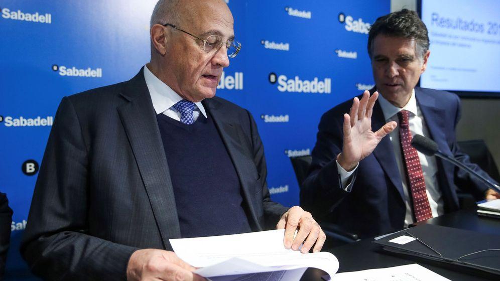 Foto: Josep Oliu y Jaime Guardiola, presidente y consejero delegado de Banco Sabadell. (EFE)