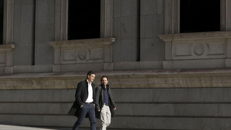 Foto: Pedro Sánchez y Pablo Iglesias, caminando por la carrera de San Jerónimo, el pasado 30 de marzo, antes de su última reunión pública. (Reuters)