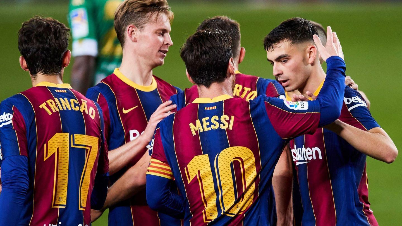Messi felicita a Pedri tras un gol del Barça. (EFE)