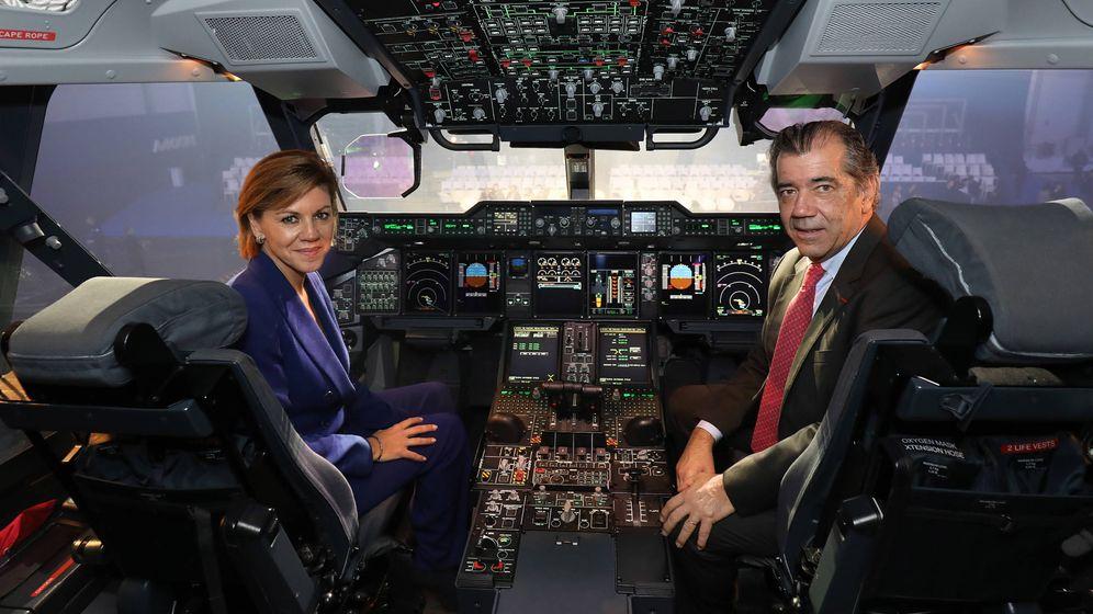 Foto: Cospedal, ministra de Defensa, y Fernando Alonso, presidente de Airbus en España, en la cabina del A400M en Sevilla. (Airbus)
