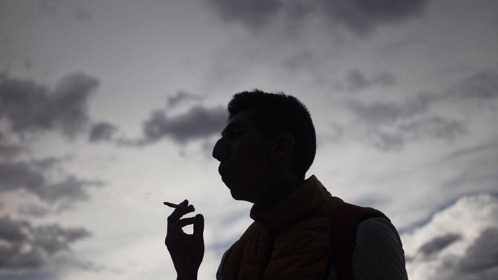 Foto: Vista de un hombre fumando un cigarro. (EFE)