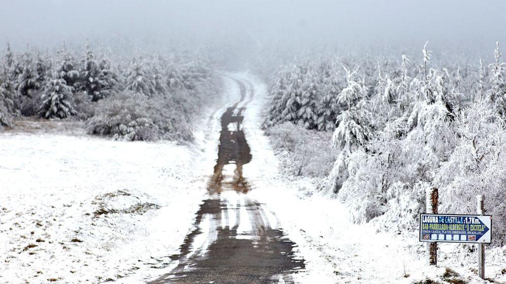 Foto: Una carretera de montaña cubierta de nieve en O Cebreiro (Luego). (EFE)
