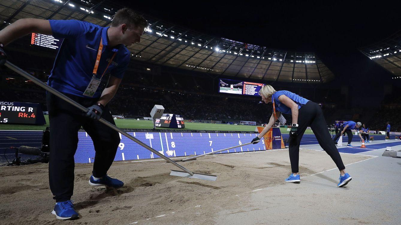 Foto: Heike Drechsler (d) pasa el rastrillo en el foso de longitud del Estadio Olímpico de Berlín. (Imago)