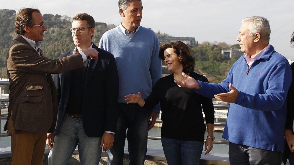 Foto: Soraya Sáenz de Santamaría posa en la Ponencia de Economía junto a Javier Arenas, Alfonso Alonso, Alberto Núñez Feijóo y Xavier García Albiol. (EFE)