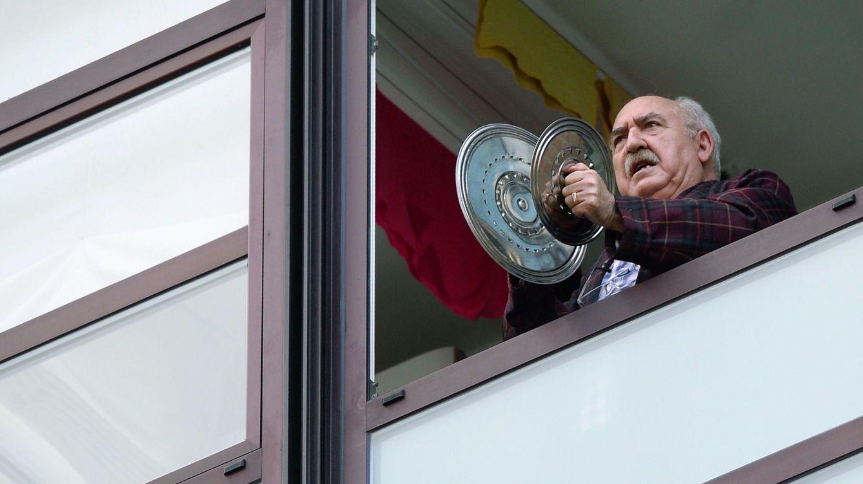 Foto: Un hombre protesta con una cacerola desde su balcón en Valladolid. (EFE)