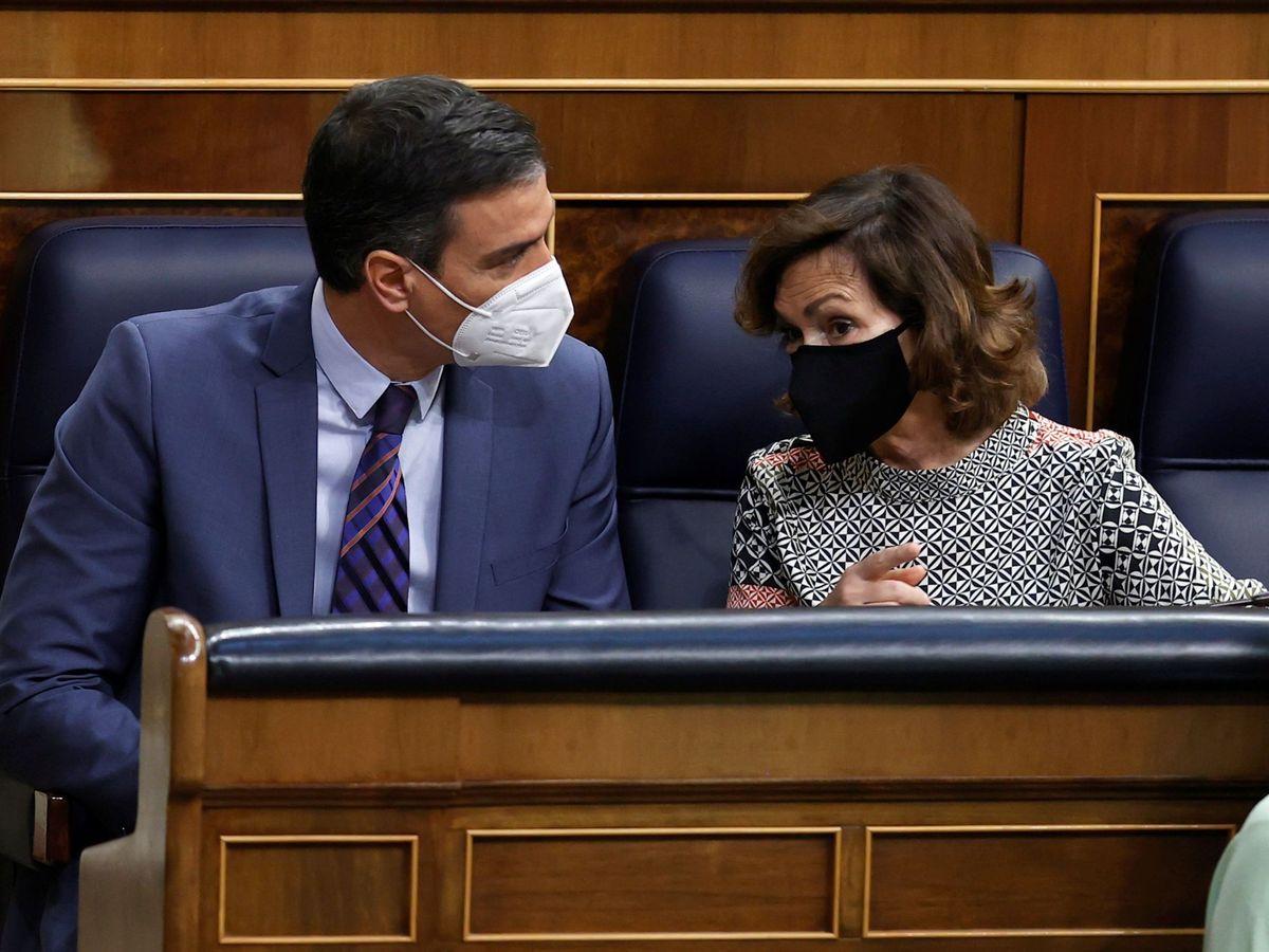 Foto: Pedro Sánchez y Carmen Calvo en el Congreso de los Diputados. (EFE)