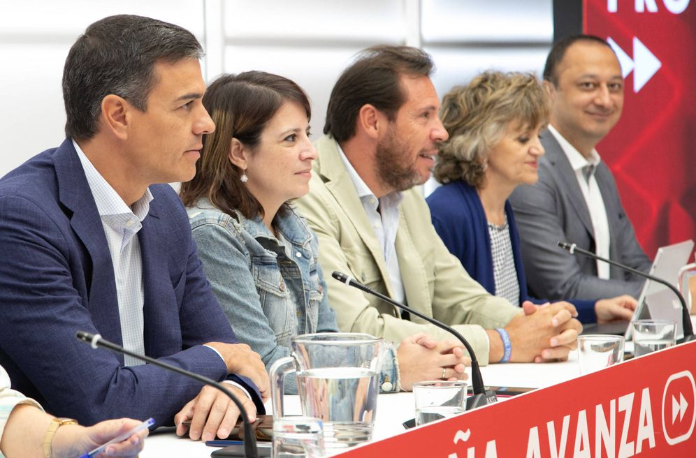 Foto: Pedro Sánchez, con Adriana Lastra, Óscar Puente, Luisa Carcedo y Alfonso Rodríguez Gómez de Celis, este 2 de septiembre en la reunión de la ejecutiva federal, en Ferraz. (Eva Ercolanese | PSOE)