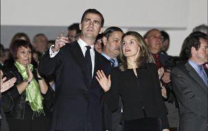 Los reyes Felipe y Letizia asisten por sorpresa al concierto de Anglada