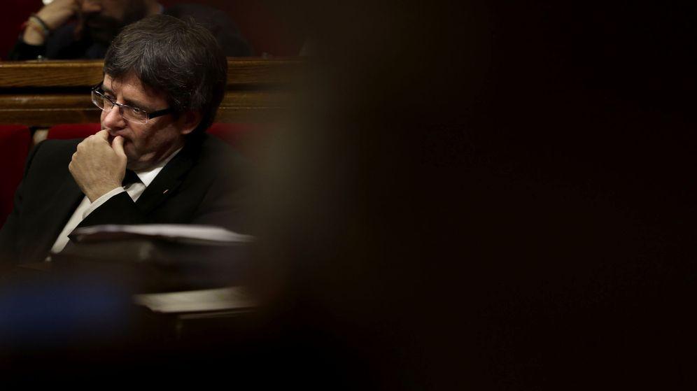 Foto: El presidente de la Generalitat, Carles Puigdemont, durante la sesión de control al Gobierno catalán en el Parlament. (EFE)