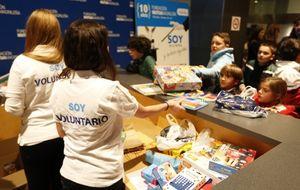 Mutua Madrileña recoge más de mil regalos para centros de Cáritas