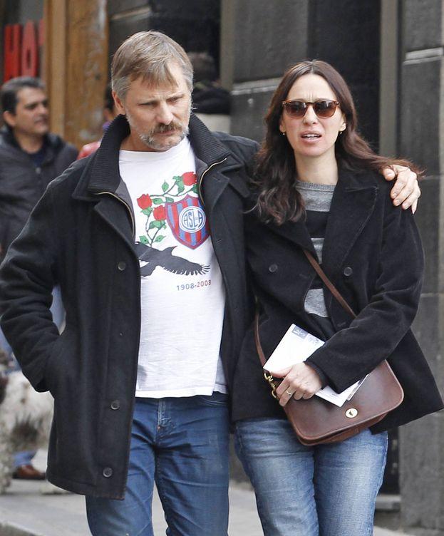 Foto: Viggo Mortensen y Ariadna Gil, por las calles de Madrid. (Gtres)