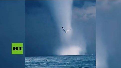 Unos pescadores logran grabar dos tornados marinos desde su barco