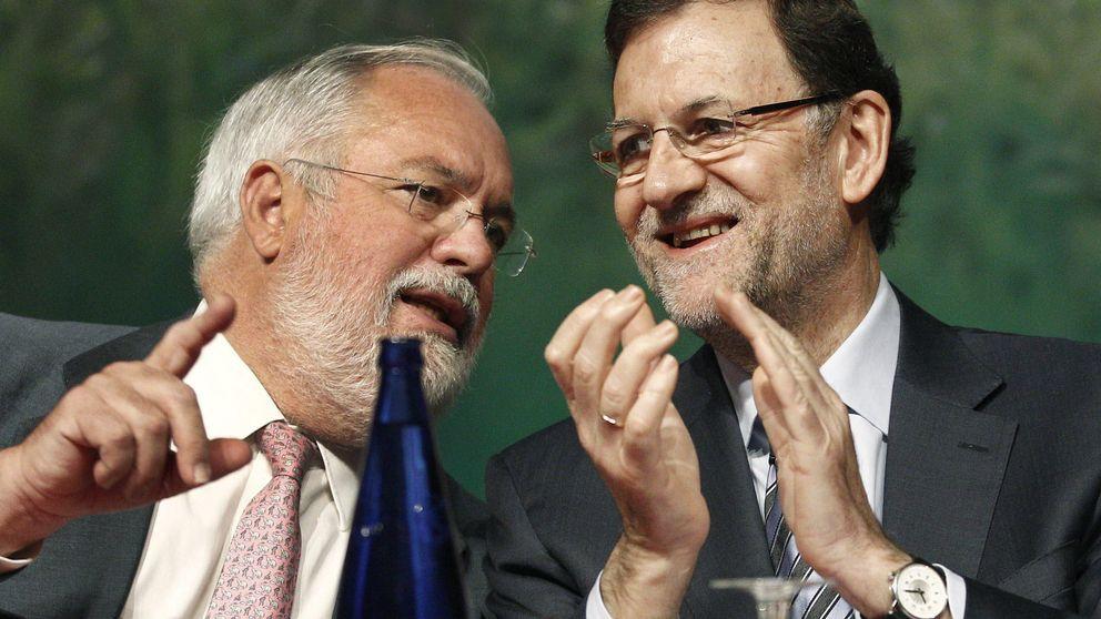Rajoy lanza ya a Cañete para tapar las espantadas de Aznar y Mayor
