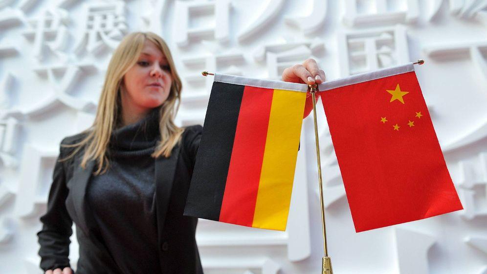 Foto: Una empleada coloca banderas de China y Alemania en uno de los pabellones de la Feria del Libro de Fráncfort. (EFE)
