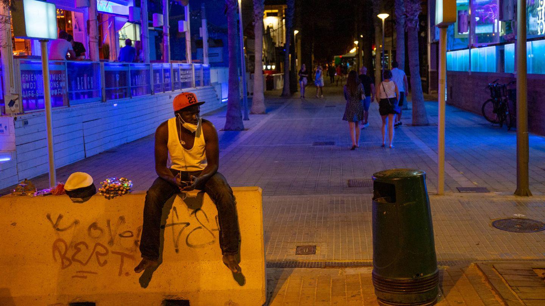 Un vendedor ambulante con poco trabajo en Playa de Palma. (D. B.)