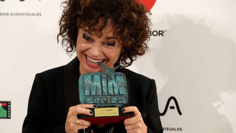 Anna R. Costa, tras recibir el premio MiM a mejor serie de comedia por la dirección junto a Paco León en 'Arde Madrid'. (EFE)