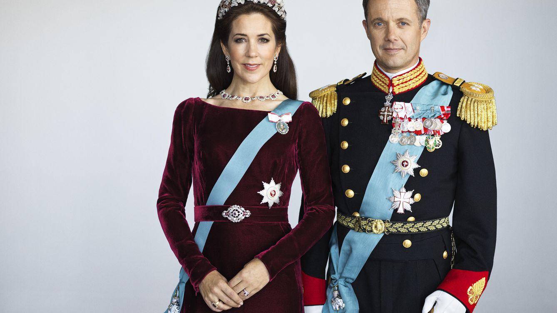 Mary de Dinamarca recurre a su vestido más icónico para el retrato oficial