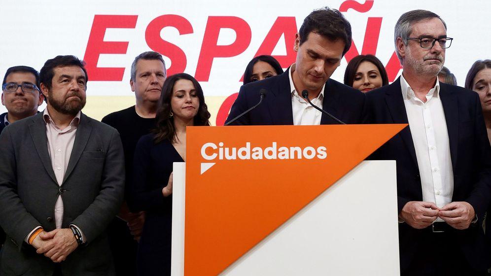 Foto: El líder de Ciudadanos, Albert Rivera, junto a José Manuel Villegas, tras comparecer en la noche electoral. (EFE)