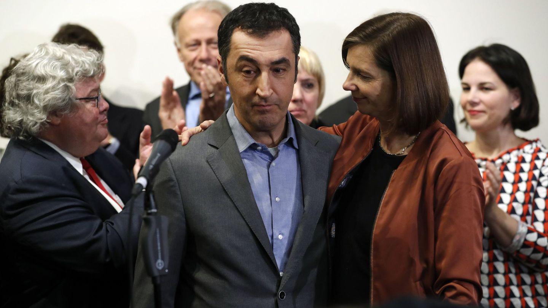 Los candidatos de los verdes Cem Özdemir y Katrin Goering-Eckardt se dirigen a la prensa tras el fracaso de las conversaciones para formar Gobierno. (EFE)