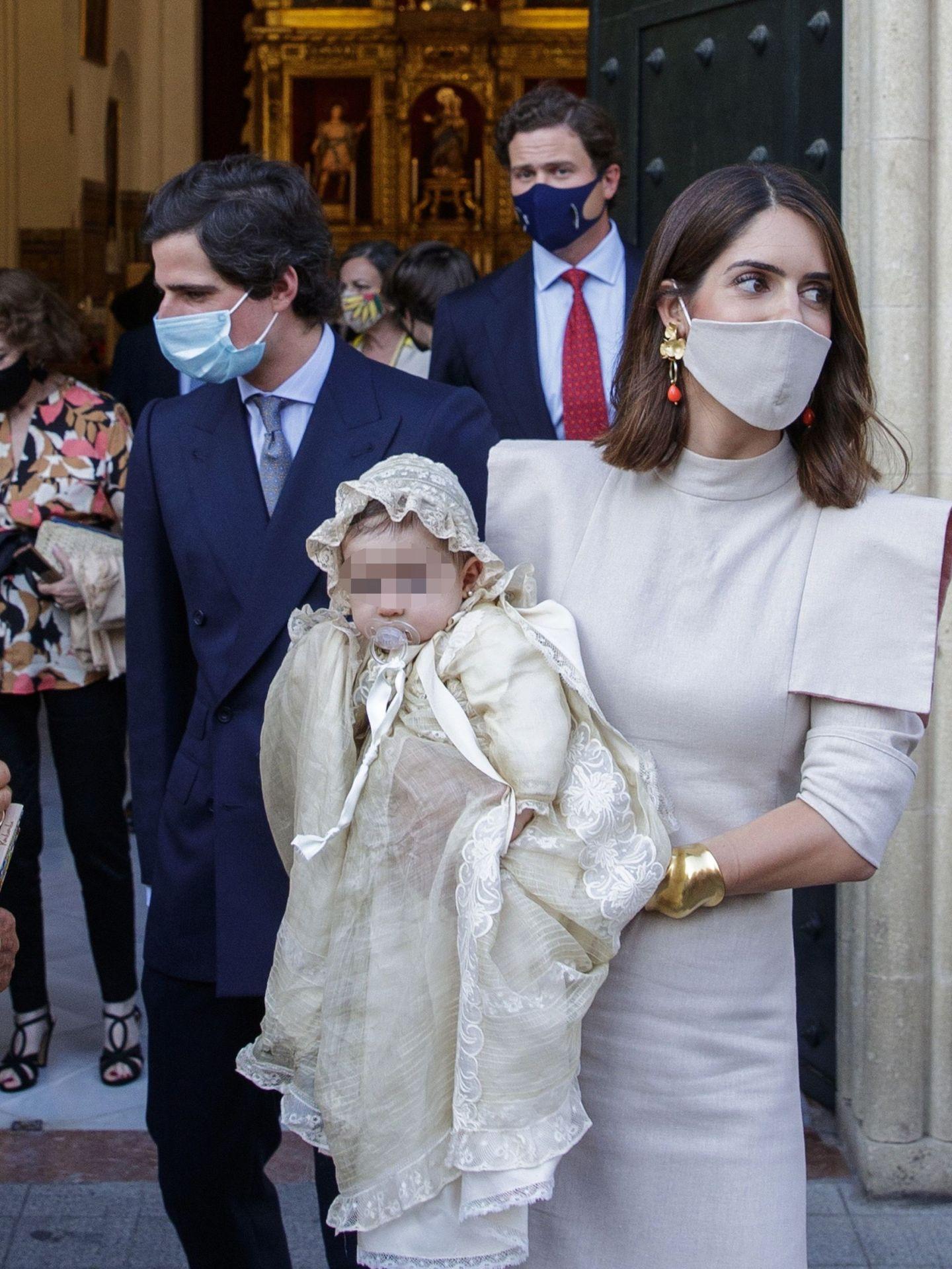 Fernando Fitz-James Stuart y Sofía Palazuelo, duques de Huéscar, en el bautizo de su hija, Rosario Fitz-James. (EFE)