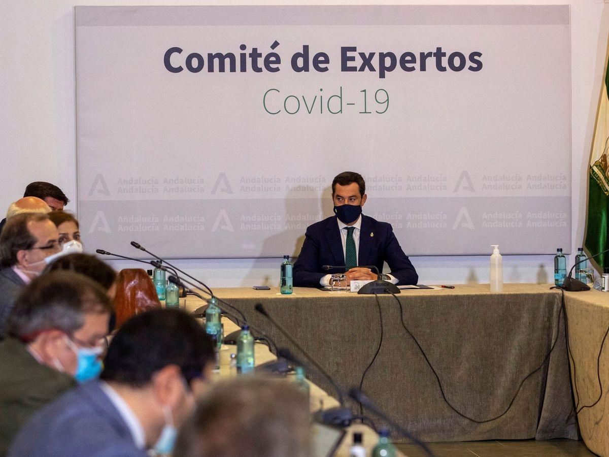 Foto: El presidente de la Junta de Andalucía, Juanma Moreno (c), preside la reunión del comité de expertos para analizar la situación de la pandemia y las posibles nuevas medidas para frenarla. (EFE)