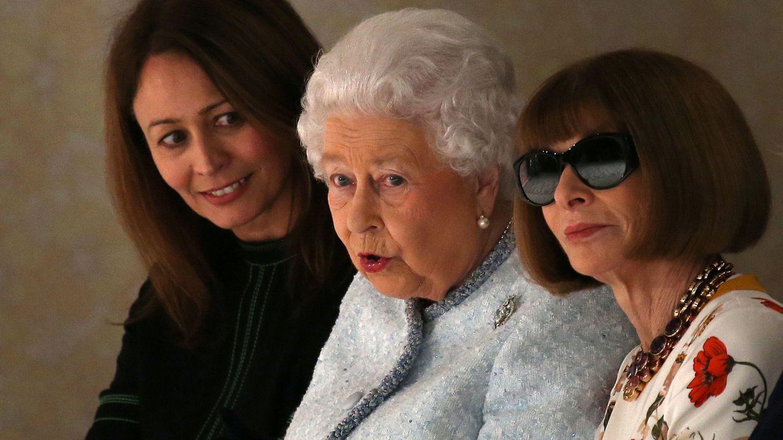 Isabel II con Anna Wintour y Caroline Rush. (Reuters)
