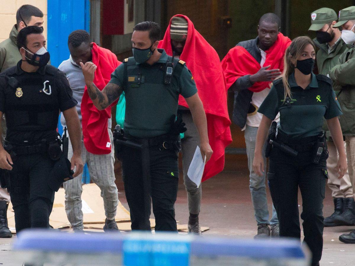 Foto: Inmigrantes acompañados por la Guardia Civil en Ceuta. (EFE)