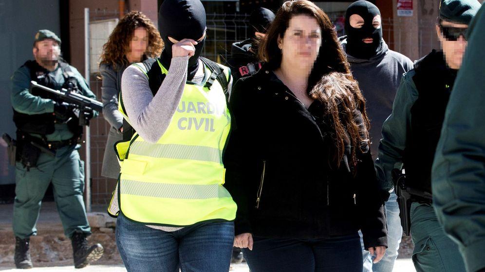 Foto: Agentes de la Guardia Civil trasladan de su domicilio en la localidad barcelonesa de Viladecans a la activista de los CDR Tamara Carrasco. (EFE)