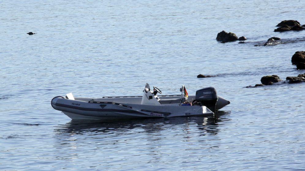 Foto: Embarcación neumática en la que un grupo de 17 inmigrantes varones subsaharianos llegó a una playa de Ceuta. (EFE)