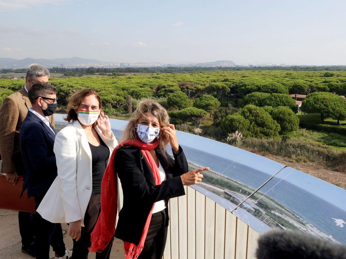 Foto: La viceministra segunda y ministra de Trabajo y Economía Social, Yolanda Díaz (d); los alcaldes de Barcelona y de El Prat, Ada Colau (2d) y Lluis Mijoler (2i), y el doctor en biología Joan Pino (i) visitan la laguna de la Ricarda. (EFE)