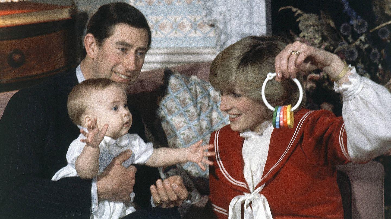 Lady Di y el príncipe Carlos juegan con el el príncipe Guillermo. (Gtres)