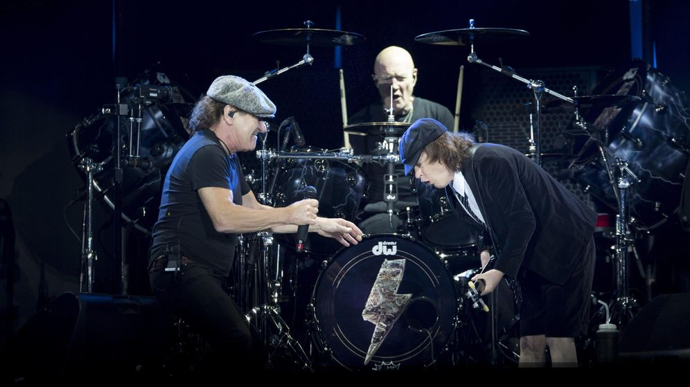 Foto: Chris Slade, al fondo, entre Brian Johnson y Angus Young.