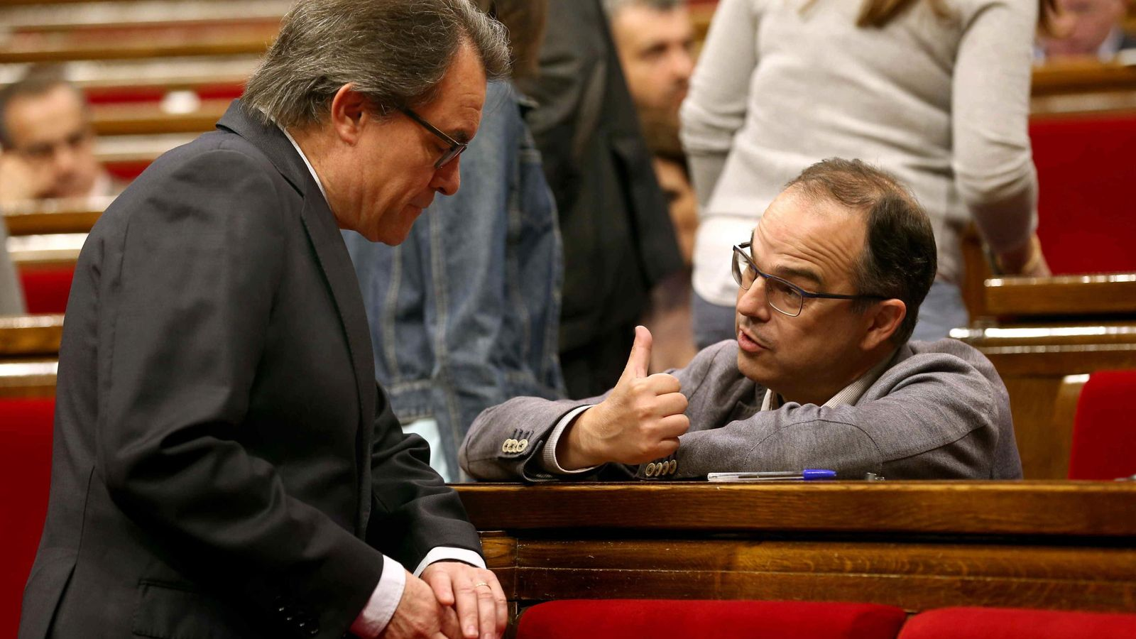 Foto: El presidente de la Generalitat, Artur Mas, habla con el portavoz de CiU en el Parlament, Jordi Turull. (Efe)