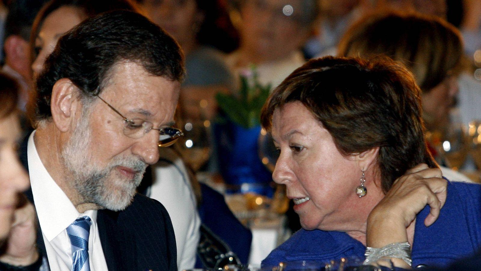 Foto: Rajoy conversa con Pilar Barreiro en una imagen de archivo. (EFE)