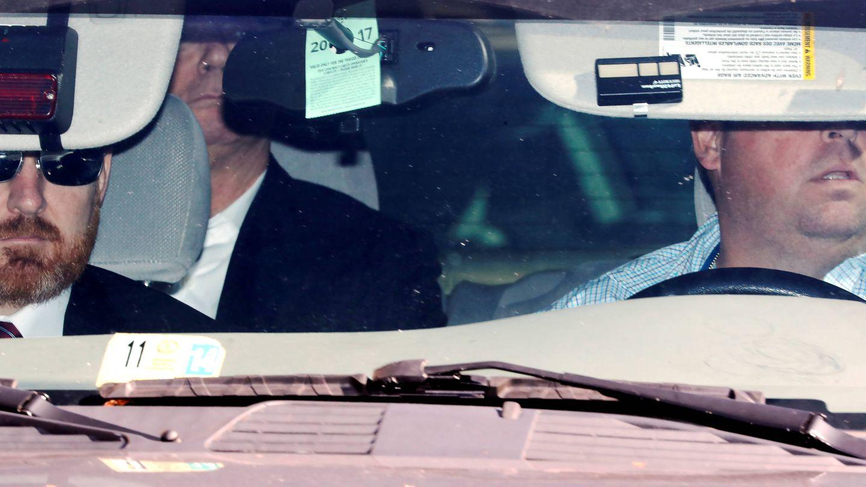 Agentes del FBI trasladan a Paul Manafort tras presentarse los cargos en su contra, en Washington. (Reuters)