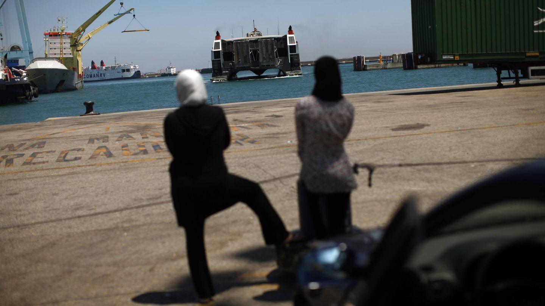 Dos mujeres marroquíes esperan la llegada de un ferry en Algeciras. (Reuters)