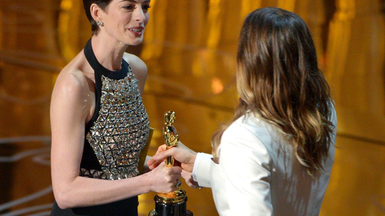 Anne Hathaway entrega el Oscar a Jared Leto