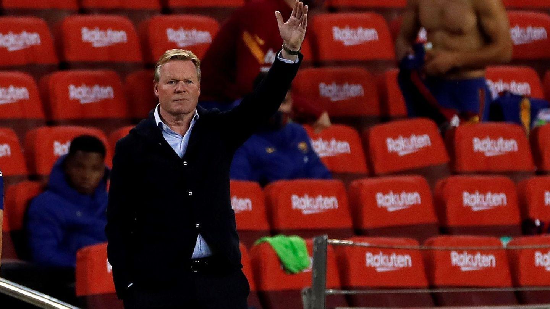 Koeman, dirigiendo al Barça frente al Sevilla. (EFE)