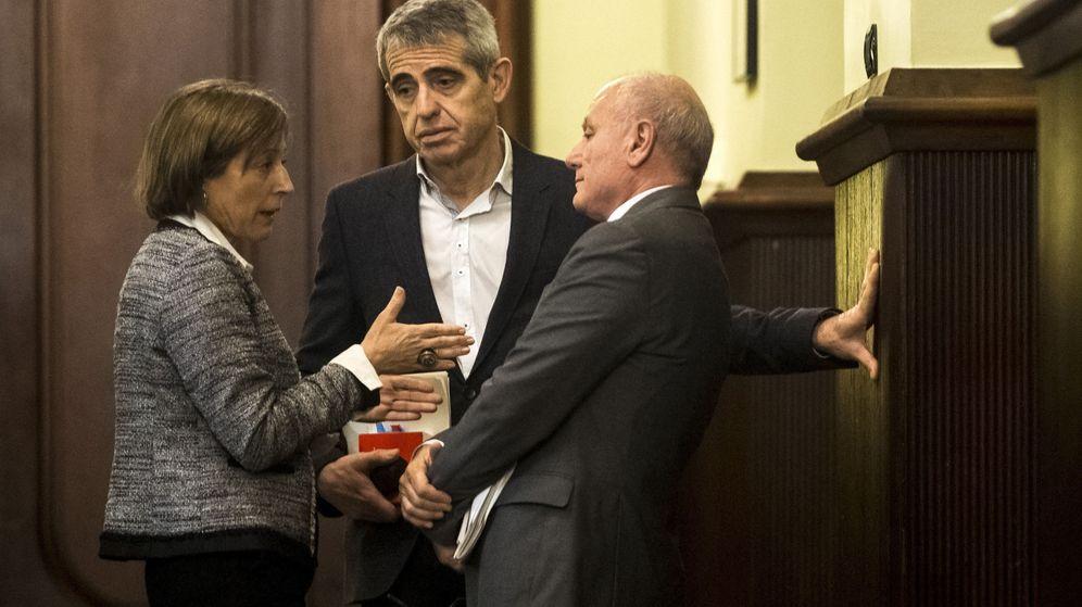 Foto: La presidenta del Parlament de Cataluña, Carme Forcadell (i), el secretario general, Xavier Muro (d), y el letrado mayor, Antoni Bayona (c). (EFE)