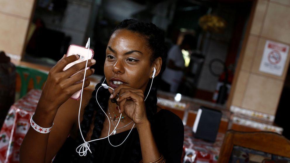 Esta moda refleja el 'boom' de las redes en Cuba: La gente se conecta como sea