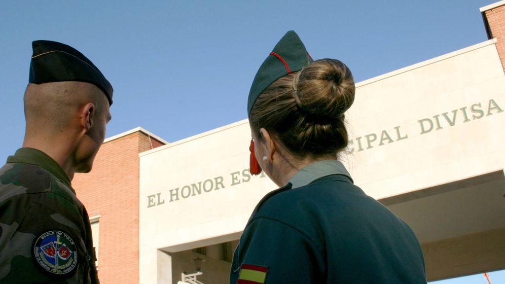 Foto: Un gendarme francés y una joven guardia española, en las instalaciones de la Guardia Civil de Valdemoro.