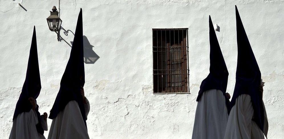 Foto: Cuatro nazarenos de la Hermandad de la Sangre en Córdoba. (EFE)