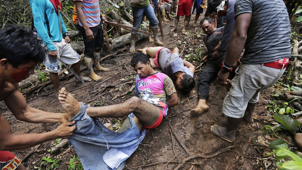 Indígenas brasileños contra leñadores ilegales