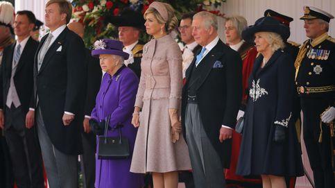 El vestido abrigo con el que Máxima ha iniciado su visita de Estado a Reino Unido