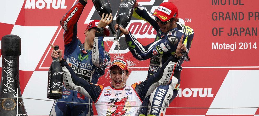 Foto: Márquez celebra el título de campeón en el podio de Motegi (Reuters).