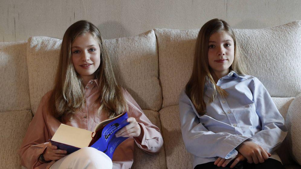 Foto: Leonor y Sofía, leyendo el 'Quijote'. (Casa Real)