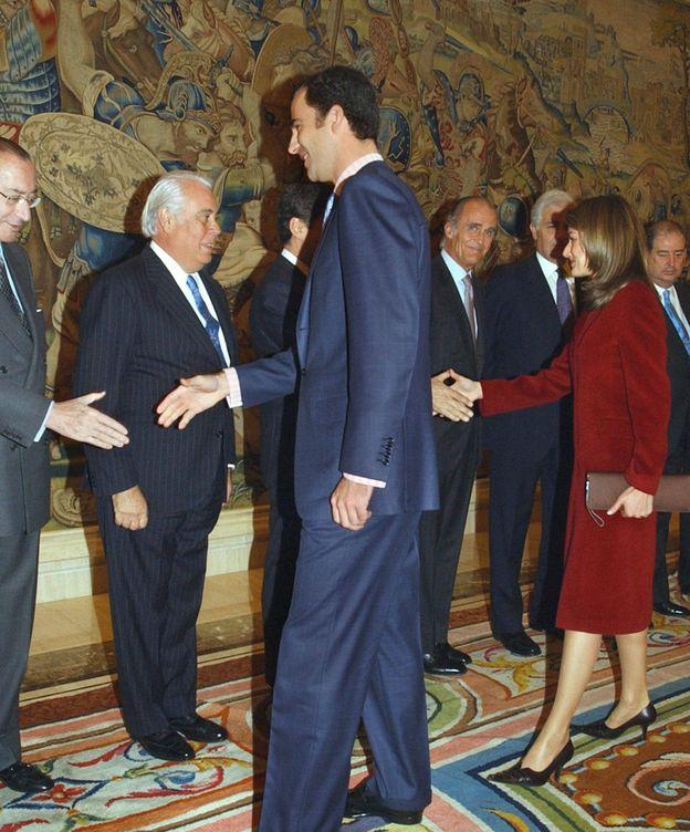 Foto: Íñigo Cotoner Martos (segundo por la izquierda), marqués de Mondéjar, en una recepción con los reyes Felipe y Letizia en 2003. EFE