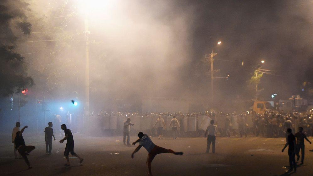 Foto: Disturbios en Ereván, la capital de Armenia, en apoyo de un grupo armado que tomó una comisaría de policía, el 20 de julio de 2016 (Reuters)