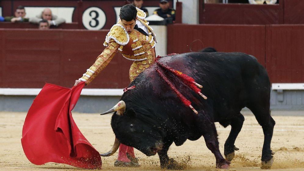 Foto: El diestro Alberto López Simón da un pase a su primer toro durante el octavo festejo de la Feria de San Isidro. (EFE)